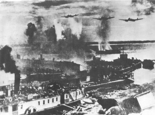 Немецкая авиация бомбит переправу черег Волгу